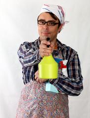 Putzmann mit Sprühflaschen im Arm, sprüht
