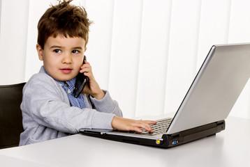 Kleiner Junge am Laptop,