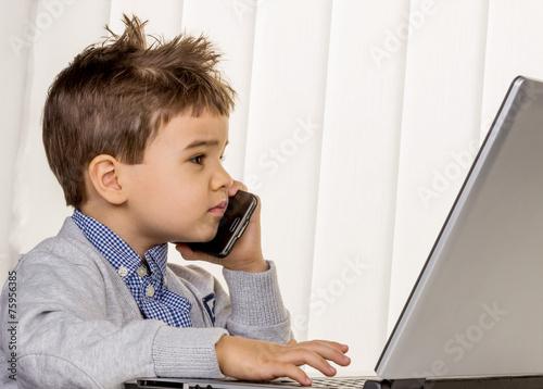 Leinwanddruck Bild Kleiner Junge am Laptop