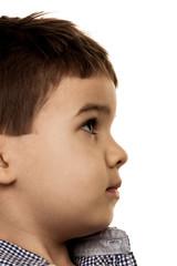 Kleiner Junge schaut unsicher