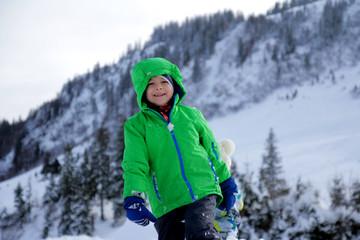 Fröhliches kind im Schnee - Wintersport