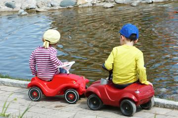 spielende Kinder auf Spielauto