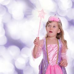 kleines Mädchen als Prinzessin gekleidet mit Zauberstab