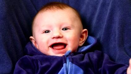 neonato che ride