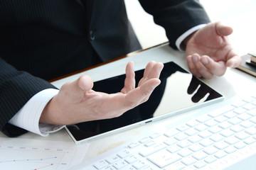 ビジネスイメージ―説明をするビジネスマン