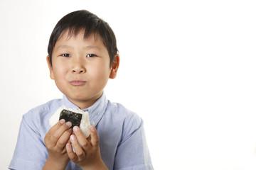 おにぎりを食べる男の子
