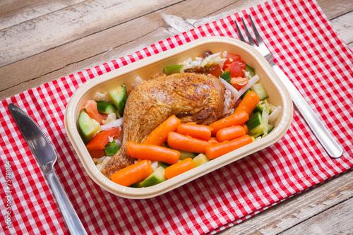 Deurstickers Klaar gerecht Delivery service grilled chicken with vegetables in plastic box