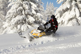 sportovec na sněžném skútru
