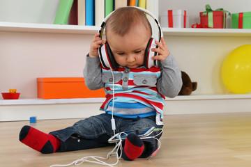 Baby beim hören von Musik über Kopfhörer