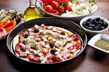 pizza con peperoni e zucchine grigliate,olive,prosciutto