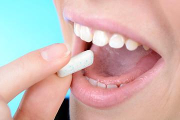 Mund mit Zahnpflege-Kaugummi