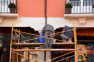 obreros trabajando encima de un adamio