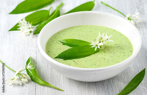 Leinwanddruck Bild Bärlauch-Suppe