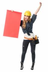 Weiblicher Bauarbeiter hält Werbeschild