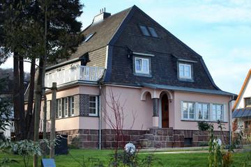 Villa mit rosanen Außenwänden