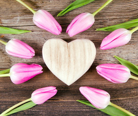 Holzherz mit Tulpen