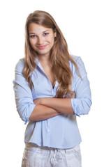 Lächelnde Frau mit langen blonden Haaren