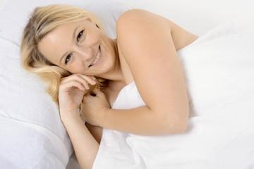 Twen liegt entspannt und zugedeckt im Bett
