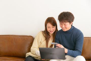 パソコンで検索する男女