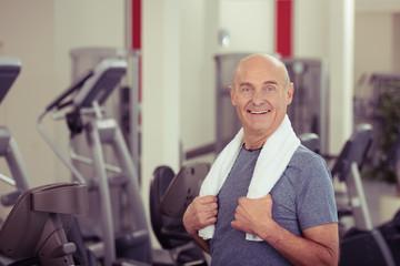 senior trainiert im fitness-studio