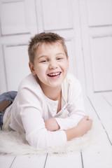 Junger Mann lachend