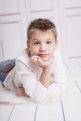 Junge mit schüchternem Blick