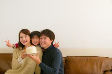 ケーキを持つ家族