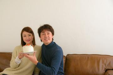 ケーキを持つ男女