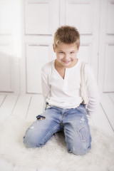 Junge mit verschmitztem lächeln
