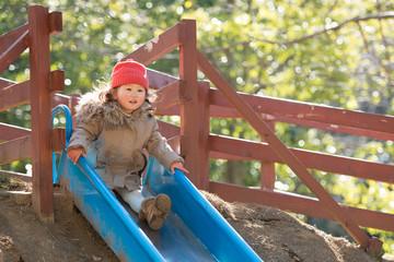 滑り台で遊ぶ少女