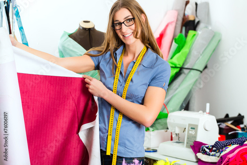Modedesignerin im Studio bei der Arbeit - 76006197