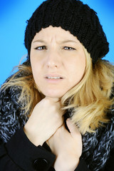 Frau mit Halsschmerzen im Winter