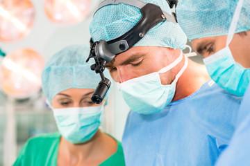 Notfall Ärzte in Krankenkaus OP-Saal