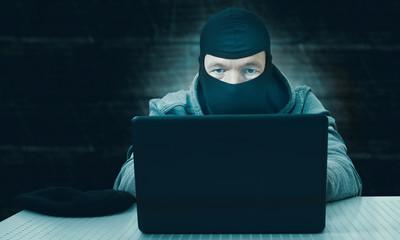 Hacker mit Notebook