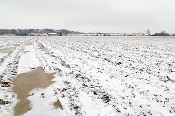 Champs, campagne, neige et village