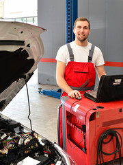 Automechaniker mit Diagnosegerät // Mechanic car repair