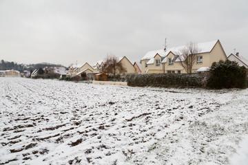 Maisons et village enneigé
