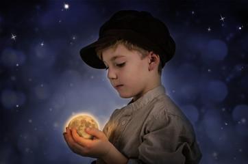 Kind mit Mond in der Hand
