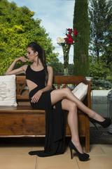 ragazza seduta in giardino