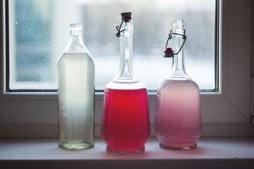компот в бутылке на подоконнике