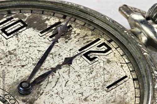 Leinwandbild Motiv alte Taschenuhr mit Zeigerstellung 5 vor 12
