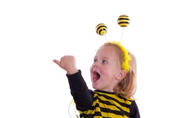 begeistertes blondes Mädchen im Bienen Kostüm - isoliert