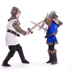Ritter kämpfen, Kinder in Ritterkostümen - isoliert