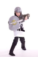 der weißer Ritter, kleiner Junge als Ritter verkleidet