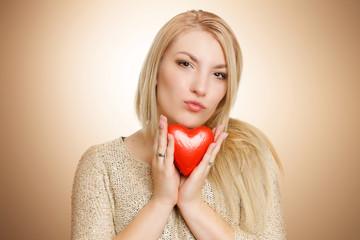 blonde schöne Frau mit rotem Herz