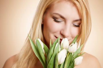 Frau mit weißen Tulpen