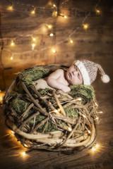 Newborn Baby schlafend in einem Korb mit Mütze
