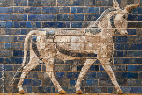 Foto op Plexiglas Wand Mosaic of a Bull on the Ishtar Gate