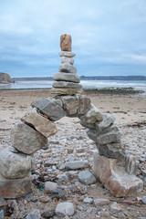 Pile de galets en équilibre sur la plage à Crozon, Finistère