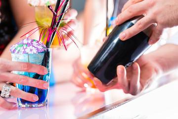 Cocktailgläser und Barkeeper
